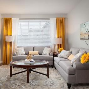 Яркие занавески в светлой гостиной