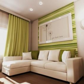 зеленые шторы на потолочном карнизе
