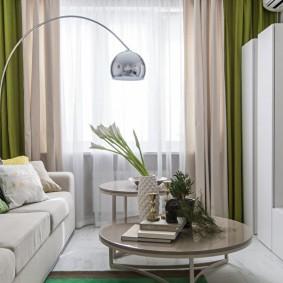 Двухцветные шторы в гостиной трехкомнатной квартиры