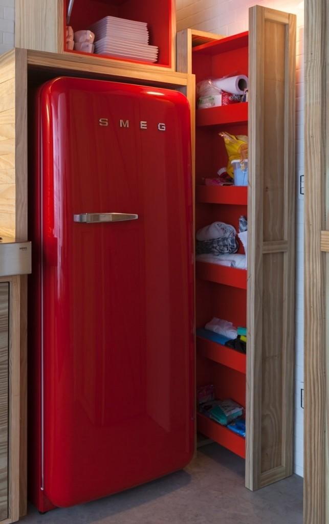 Красный холодильник в нише из фанеры