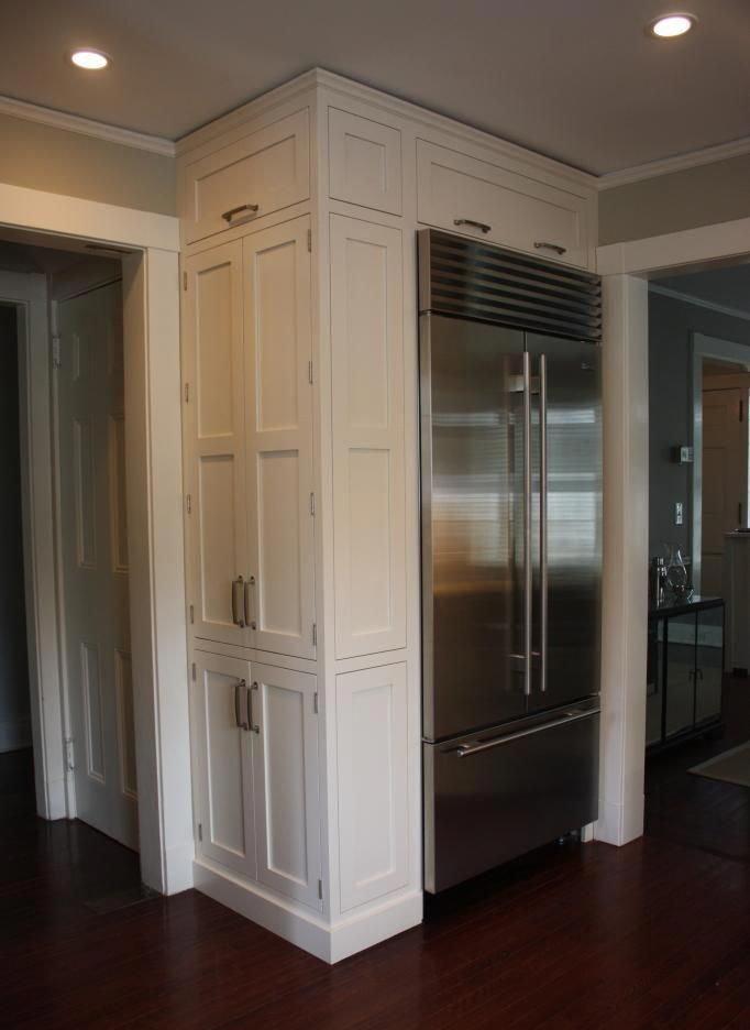 Неоклассическая прихожая с холодильником в интерьере