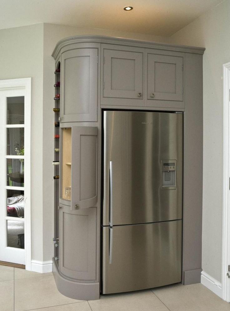 Серый шкаф с холодильником в коридоре