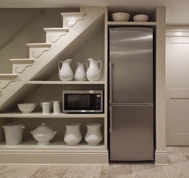 Расположение холодильника в нише под лестницей