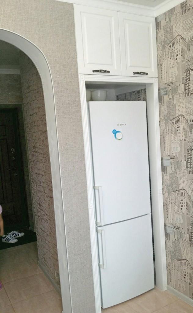 Шкафчик над холодильником в нише коридора