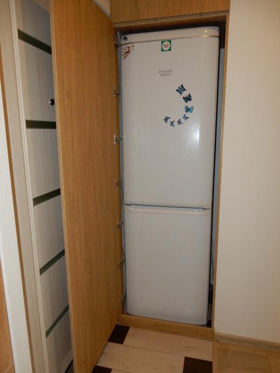 Двухкамерный холодильник в шкафу из ламинированной ДСП