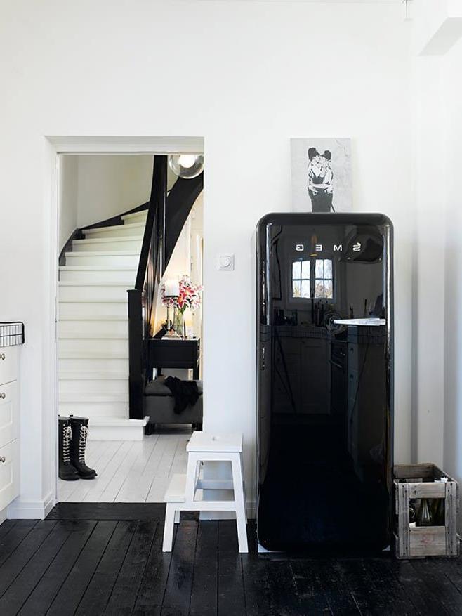 Интерьер прихожей частного дома с холодильником