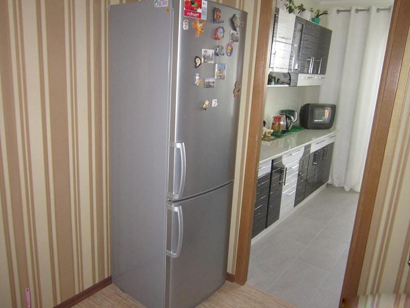 Размещение бытового холодильника в углу коридора