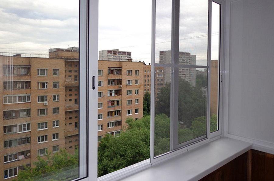 Алюминиевые раздвижные рамы на лоджии девятиэтажки
