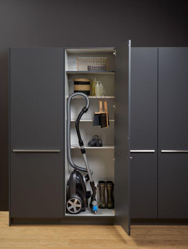 Хранение пылесоса в хозяйственном шкафу