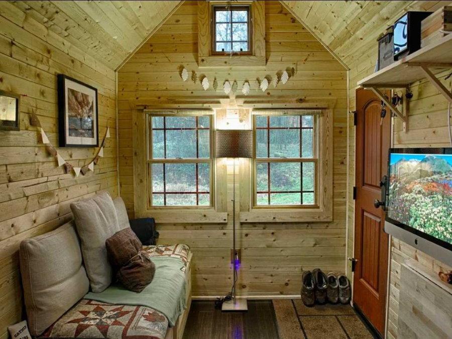 Уютный дачный домик с телевизором напротив дивана