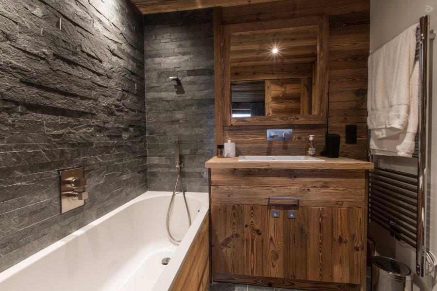 Интерьер ванной комнаты 5, 5 кв метра в стиле шале