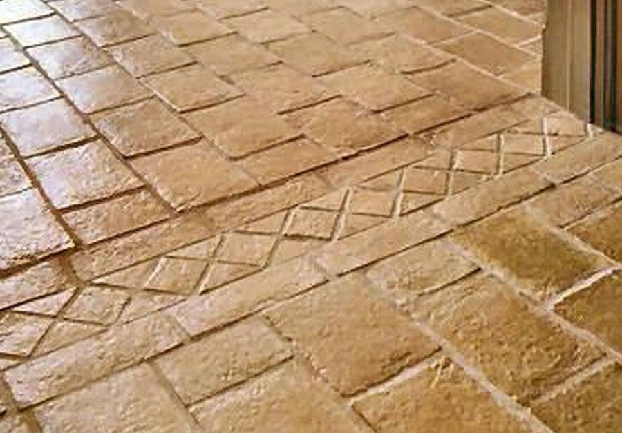 Каменная плитка в коридоре сельского дома