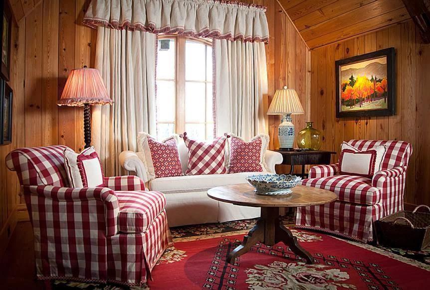 Клетчатые чехлы на мебели в гостиной стиля кантри
