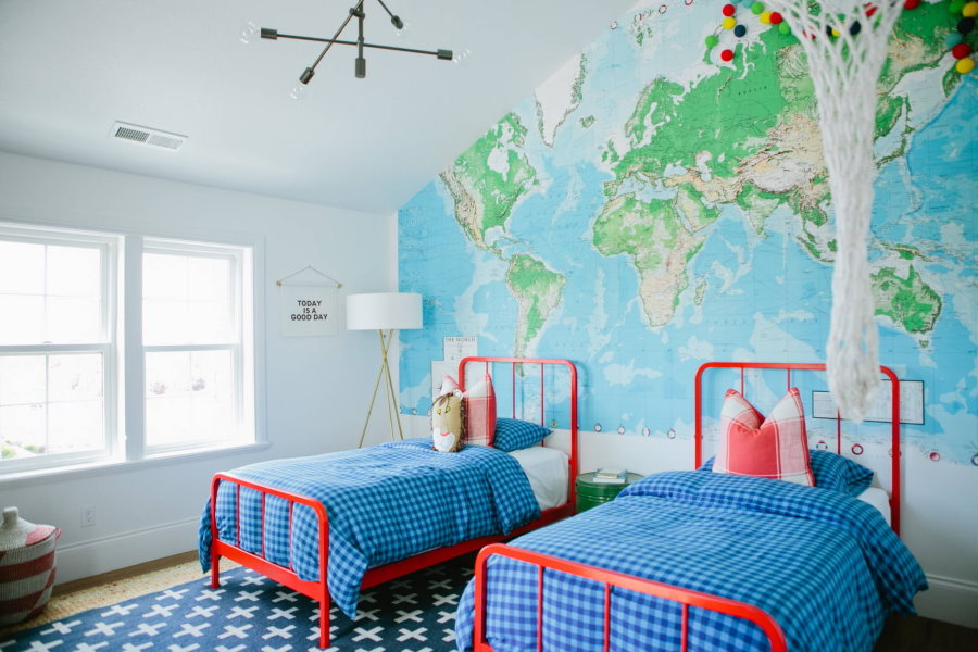 Карта мира в комнате школьников одного возраста