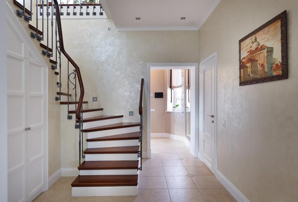 Лестница в прихожей с картиной на стене