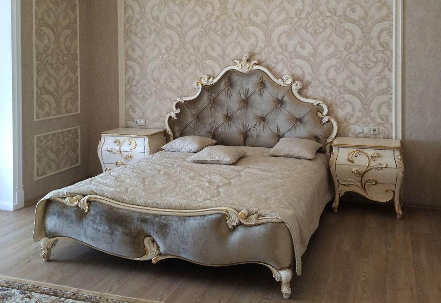 Интерьер классической спальни с прикроватными тумбочками