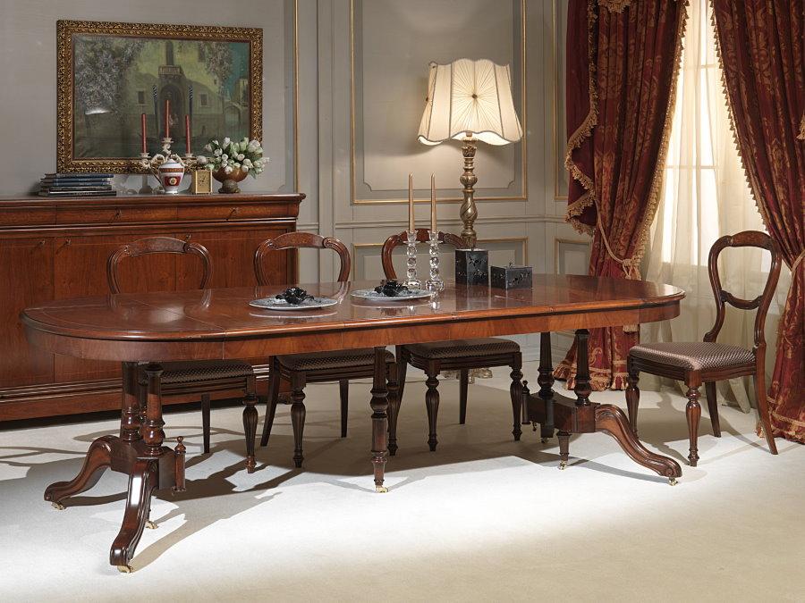 Раздвижной стол из дерева в зале классического стиля