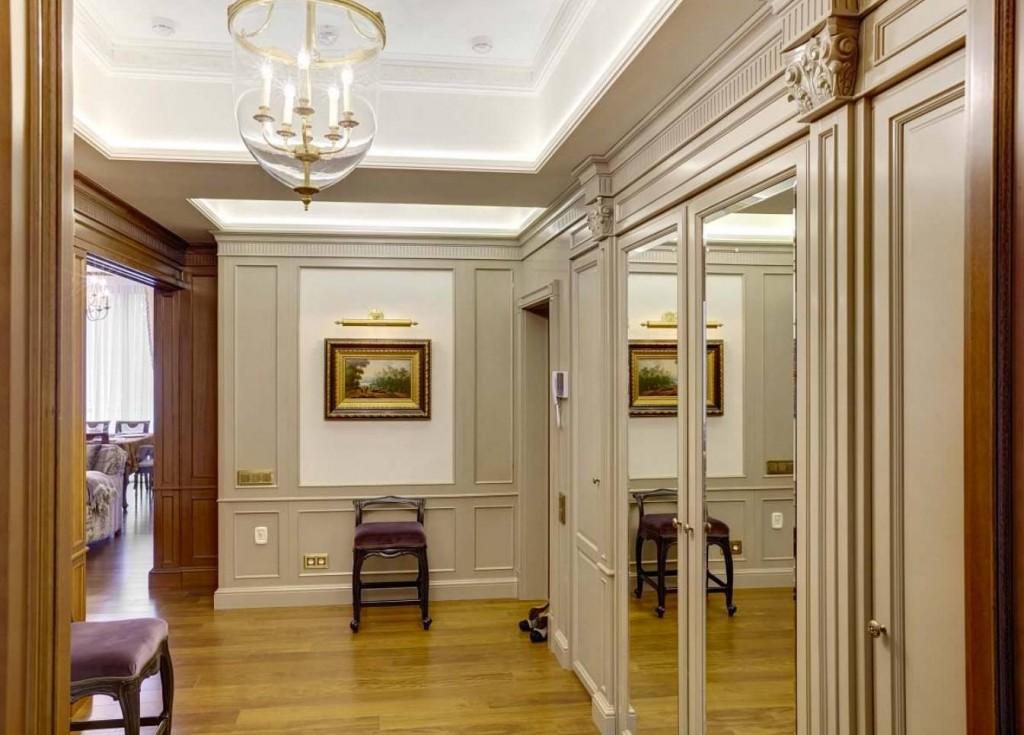 Зеркальные шкафы в прихожей классического стиля