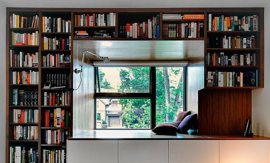 Место для хранения книг на полках вокруг окна