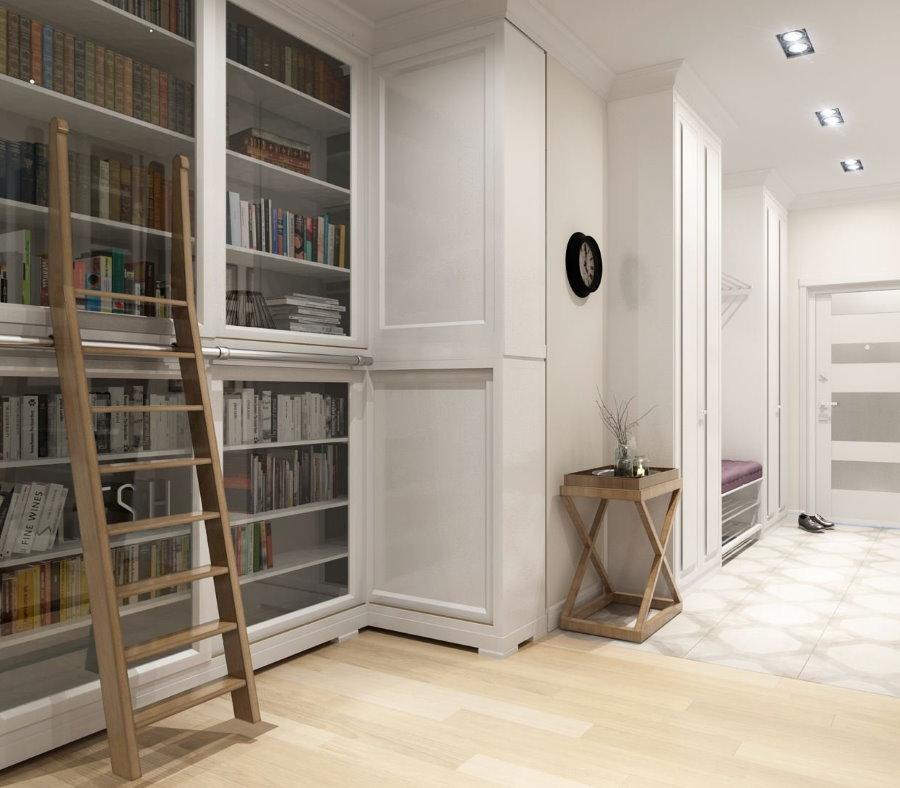 Лесенка около книжного шкафа в коридоре