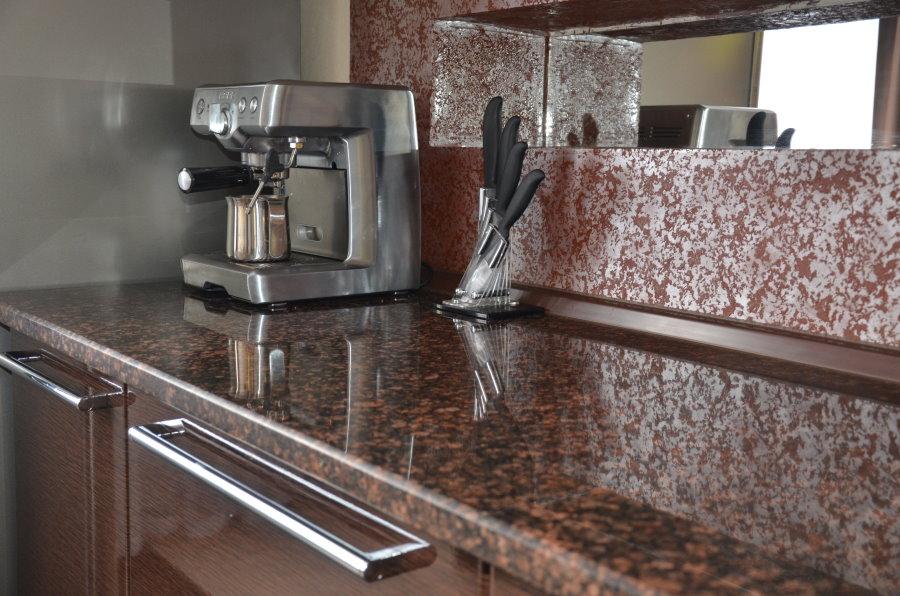 Каменная столешница в кухне современного стиля