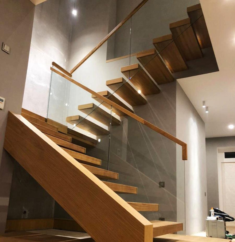 Лестница консольного типа с перилами из стекла