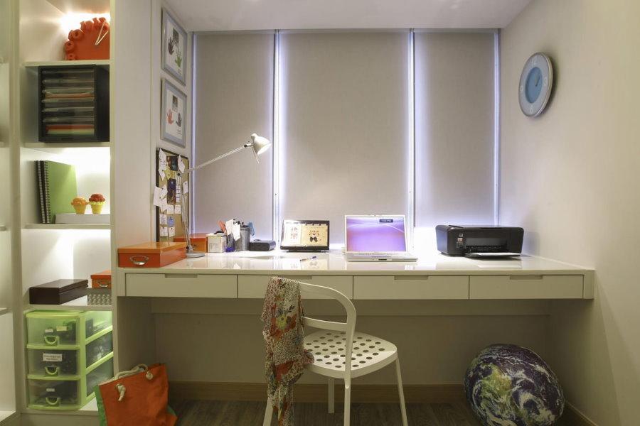 Консольный письменный стол в комнате девочки