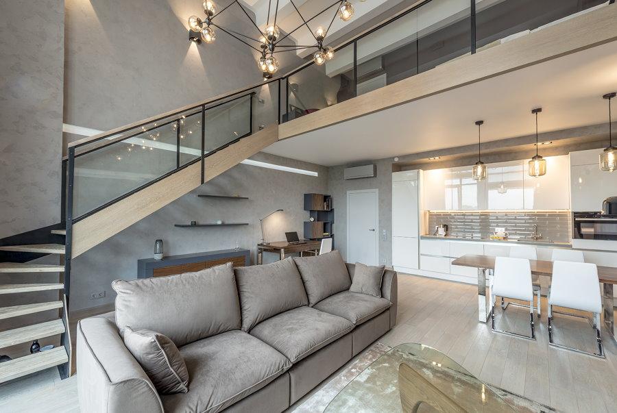Диван в двухуровневой квартире стиля контемпорари