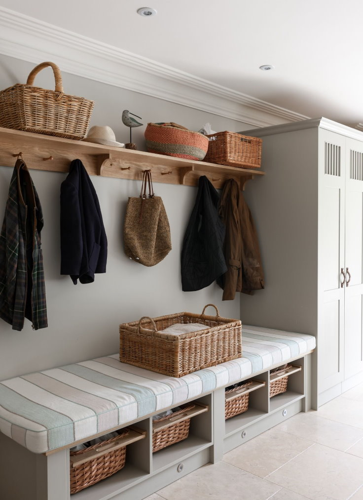 Деревянная полка с вешалкой для верхней одежды