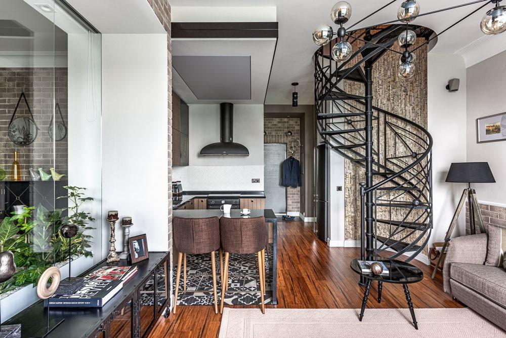 Квартира студия с кованной лестницей винтового типа