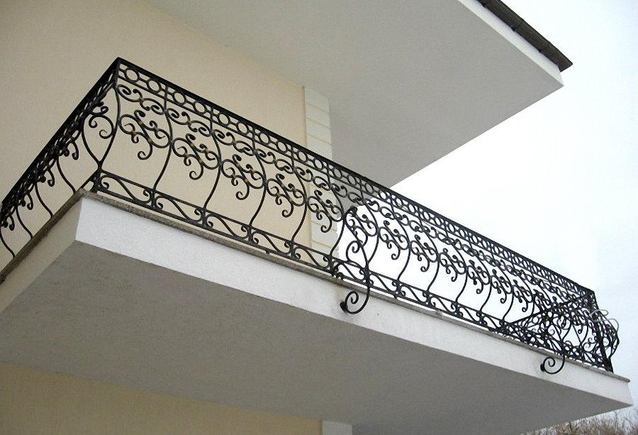 Ограждение открытого балкона с кованными элементами