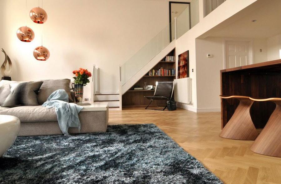 Серый ковер на полу в просторной гостиной