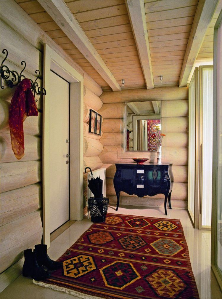Пестрый коврик в прихожей деревенского стиля