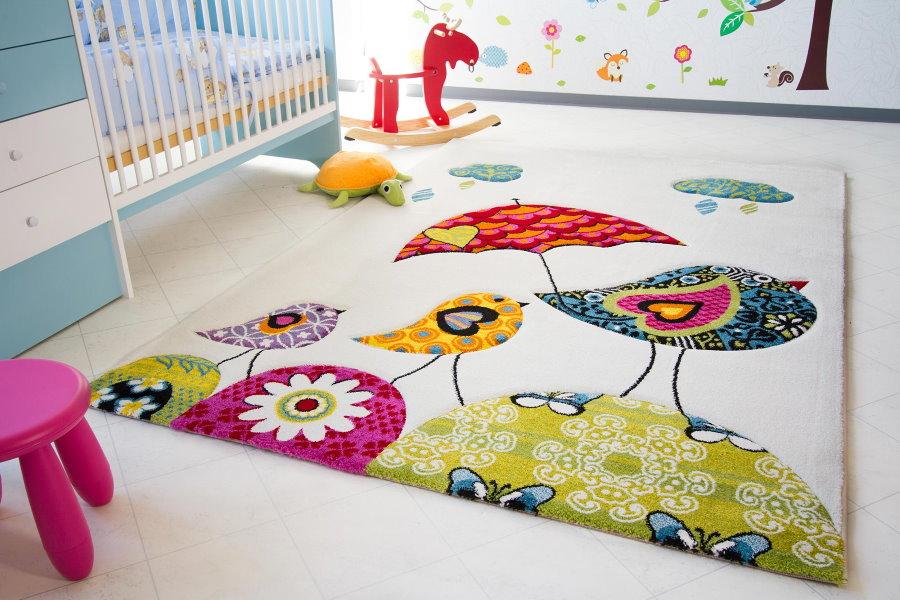 Яркий коврик на полу комнаты для близнецов
