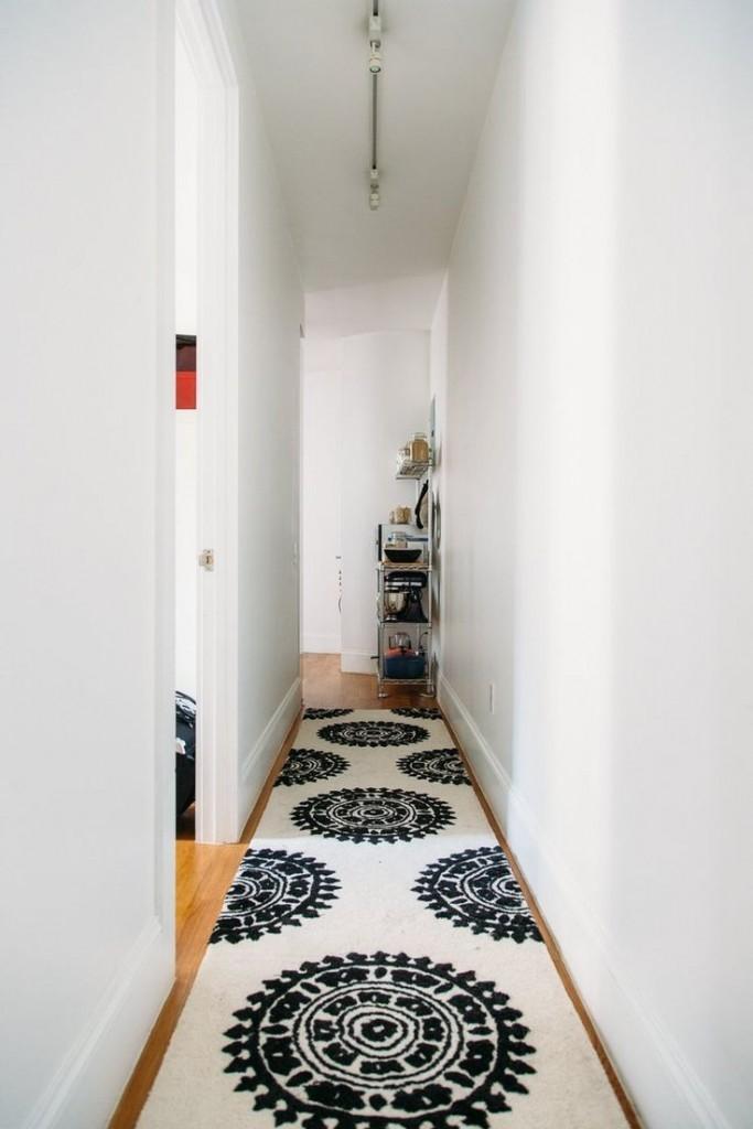 Длинный коврик в очень узком коридоре
