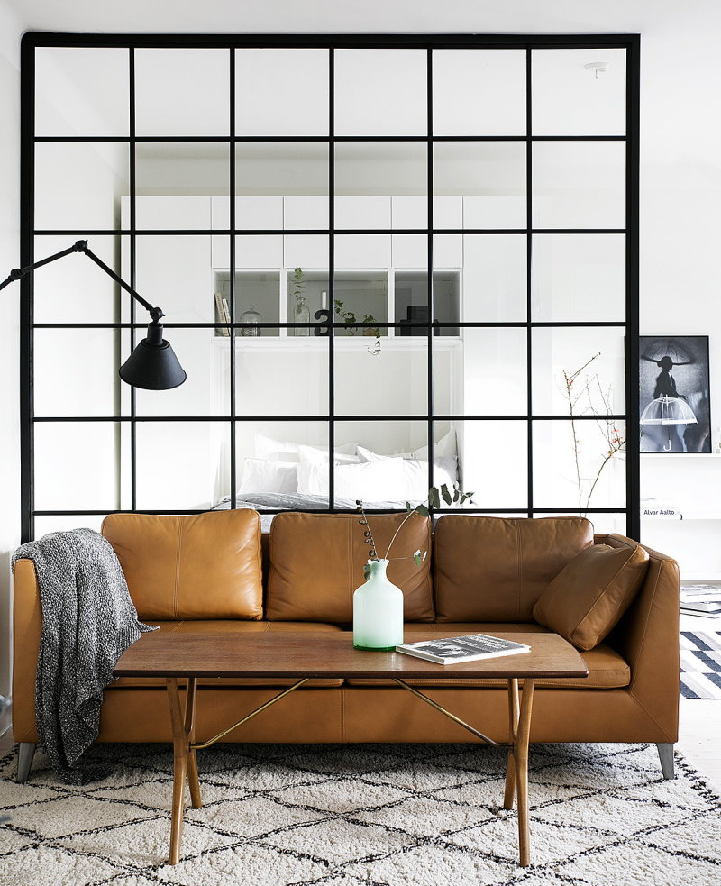 Кожаный диван перед стеклянной перегородкой