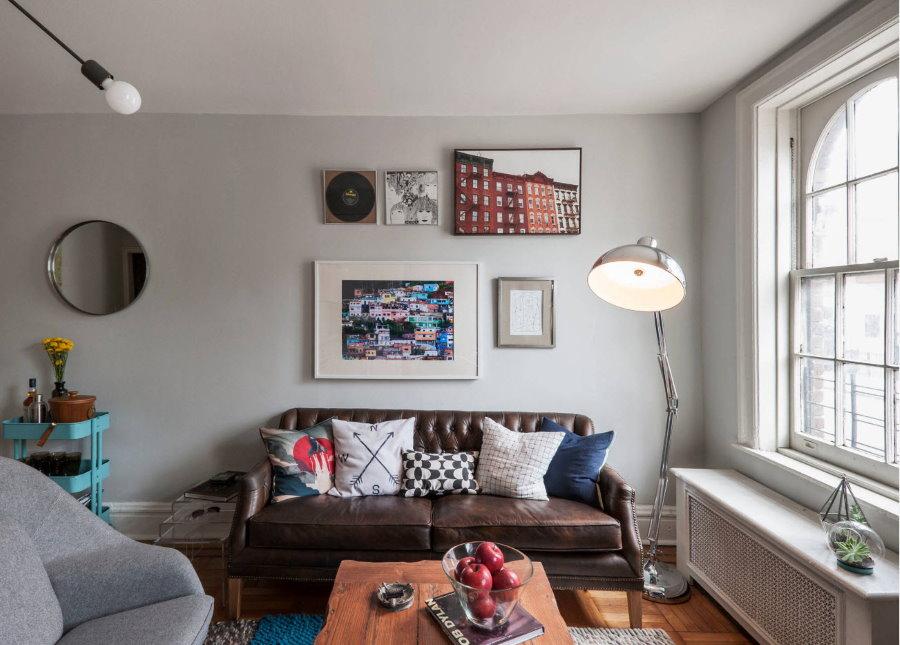 Стильный кожаный диван в гостиной двушки