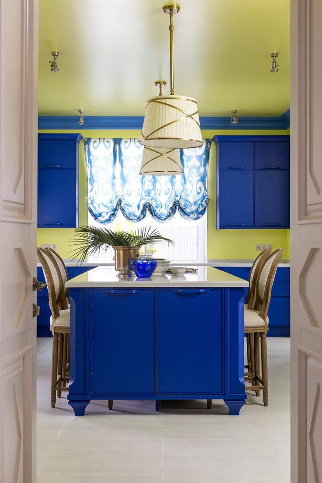 Крашенный потолок на кухне с синей мебелью