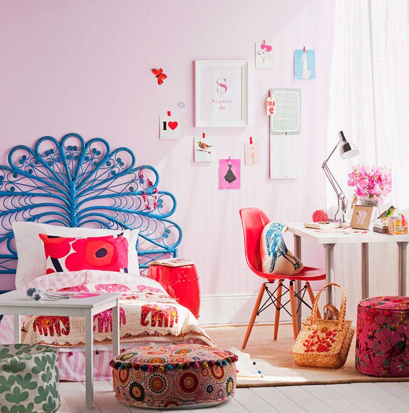 Красивая кровать в комнате девочки дошкольного возраста