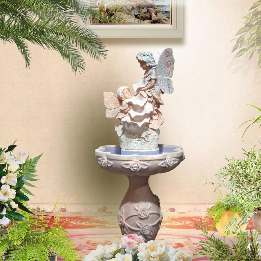 Красивый фонтан у стены жилой комната