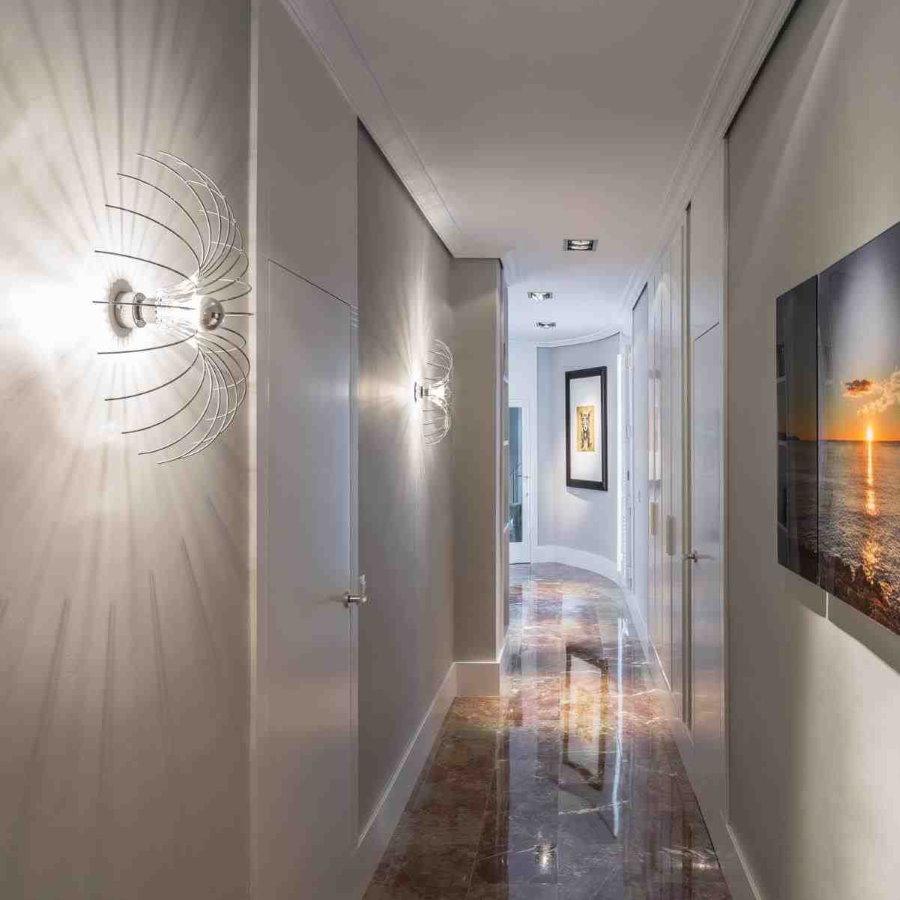 Дизайнерские светильники в длинном коридоре