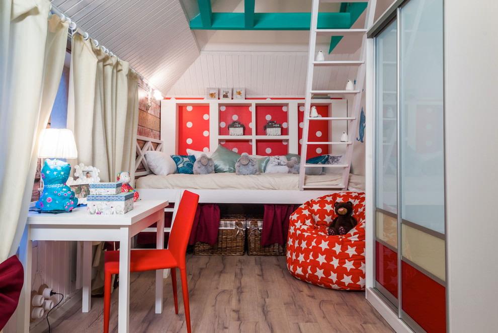 Небольшая детская комната в чердачном помещении