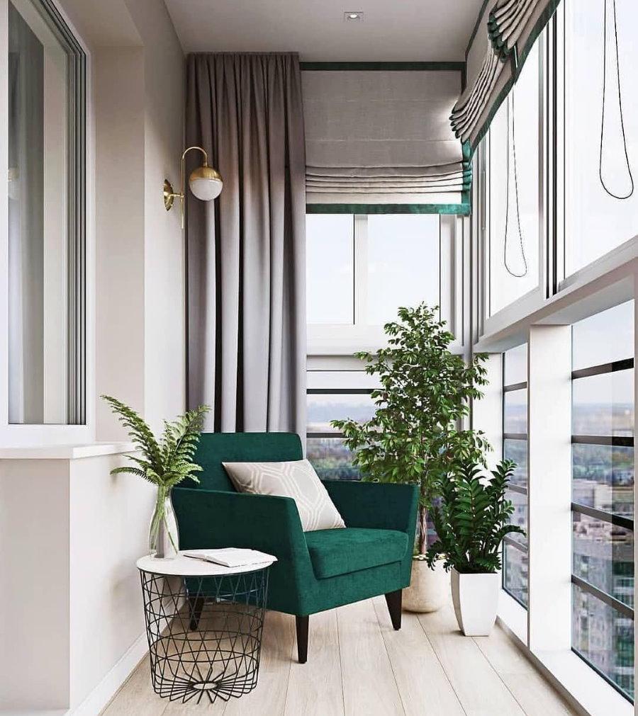 Изумрудное кресло на благоустроенном балконе
