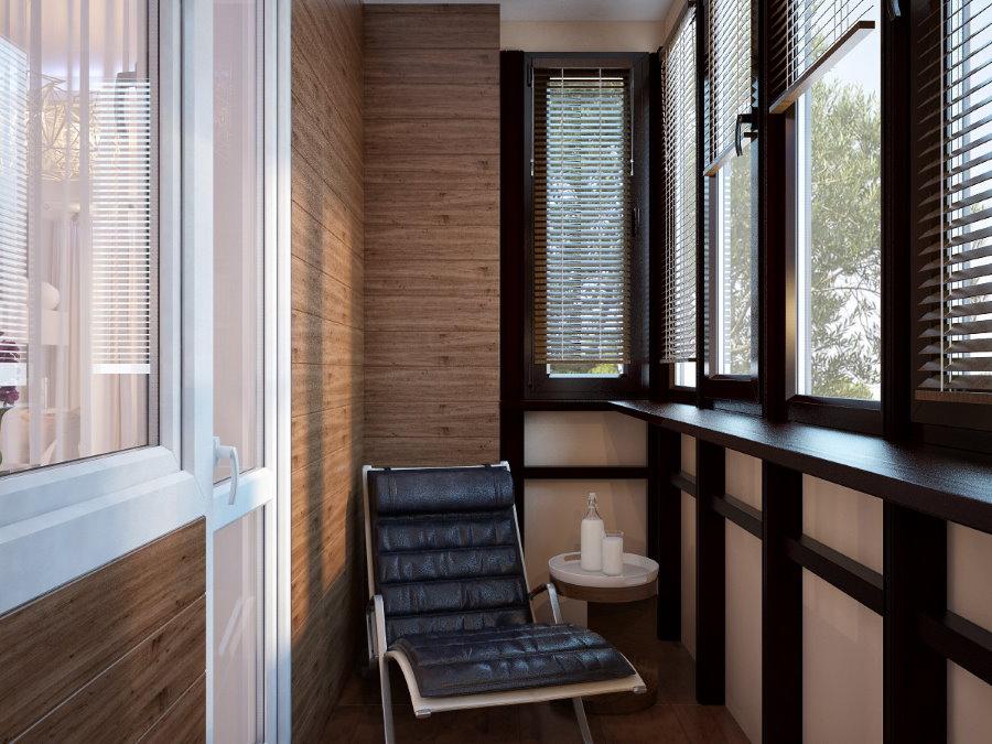 Небольшое кресло в интерьере застекленного балкона