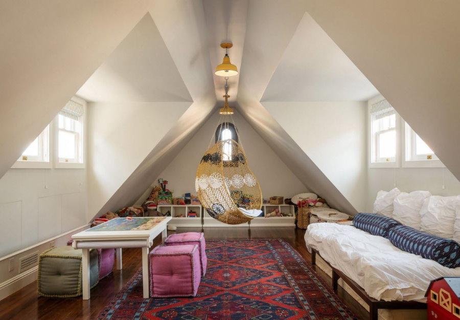 Просторная детская комната в мансарде частного дома