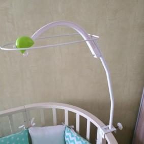 Пластиковый держатель на кроватке для малыша
