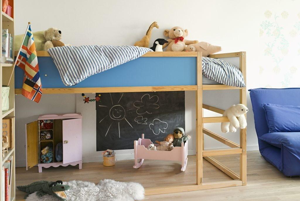 Кровать-чердак из березы в комнате ребенка