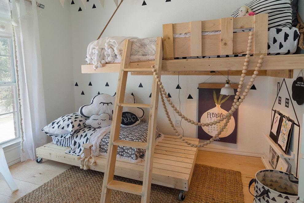 Мебель из сосны в интерьере детской спальни