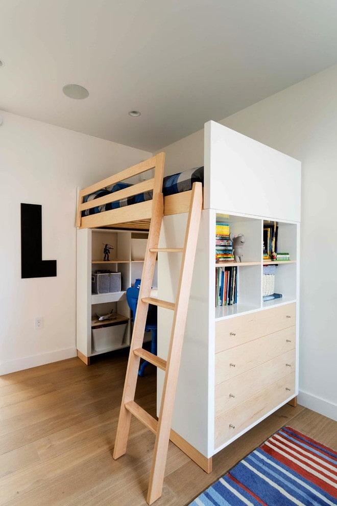 Белая кровать чердак в 2 комнатной квартире сталинского дома