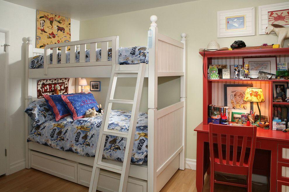 Деревянная двухъярусная кровать в комнате мальчиков